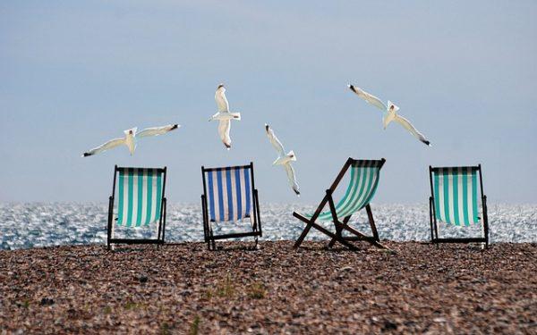 Sonnenstühle am Meer